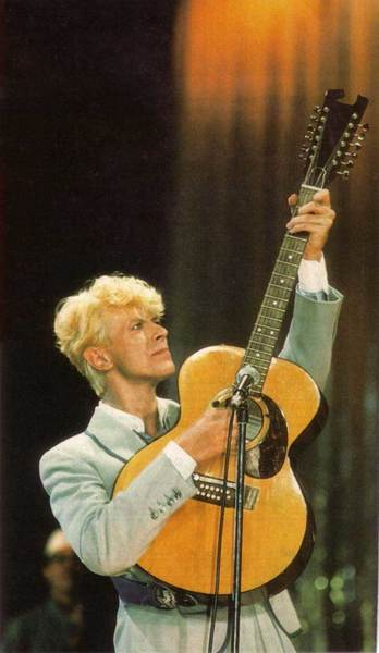 big_2001-07TotalGuitar-BowiewithEccleshall12-string
